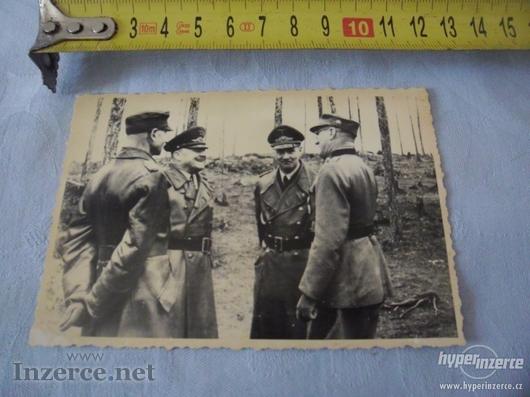 Generálové s důstojníkama na frontě