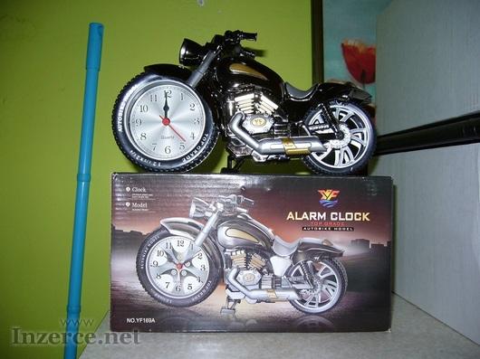 Klasický budík v podobě motorky