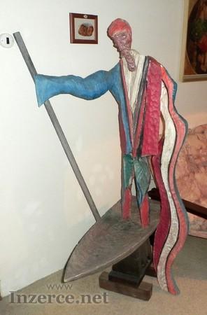 Nádherné umělecké dílo – dřevěná socha Převozník