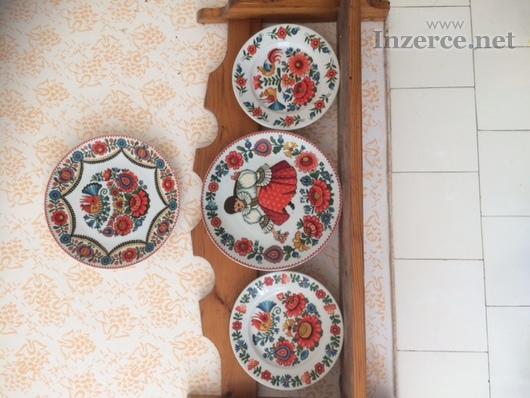 Polička k keramickými ručně malovanými talíři