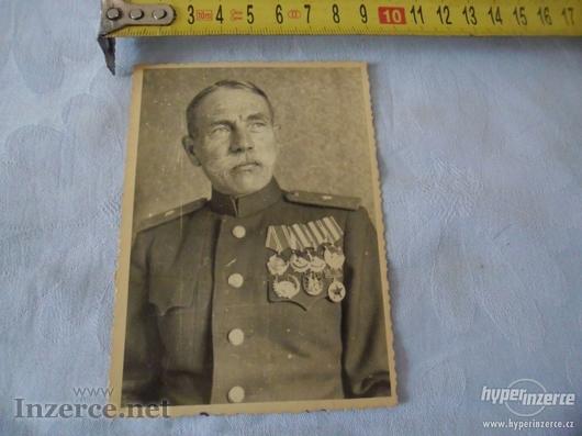 Ruský důstojník se spoustou metálů