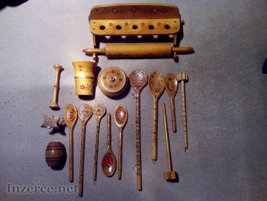 Stará malovaná dřevěná sada nádobí 16ks