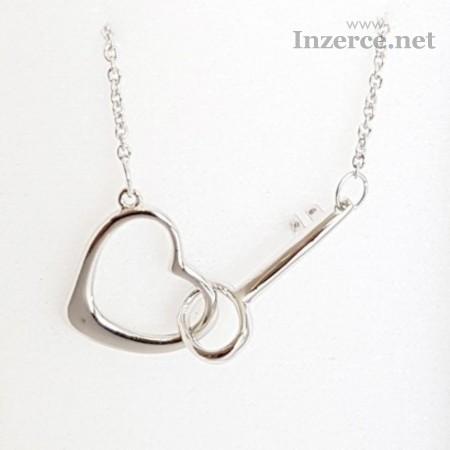 Stříbrnýnáhrdelník tvar srdces klíčkem