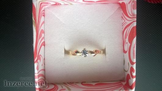 Zlatý prstýnek se zirkonem